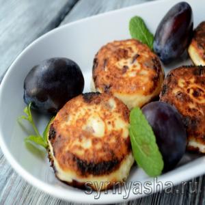 Сырники со свежей сливой на сковороде