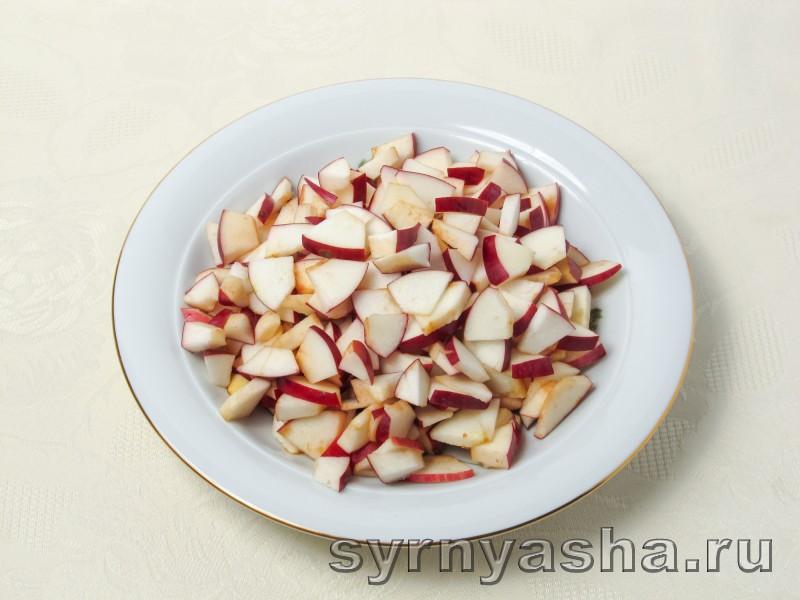 Творожная запеканка с яблоками в духовке с манкой и изюмом: фото 4